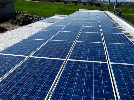 物流センター屋上に太陽光発電パネル設置工事施工時
